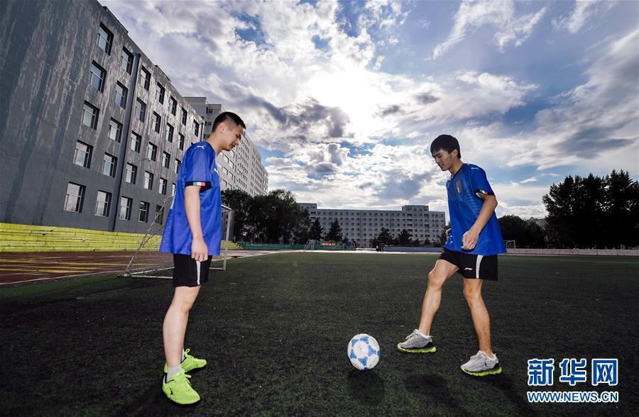 孙东远(右)和范长杰在进行传球练习(6月20日摄)。新华社记者 许畅 摄