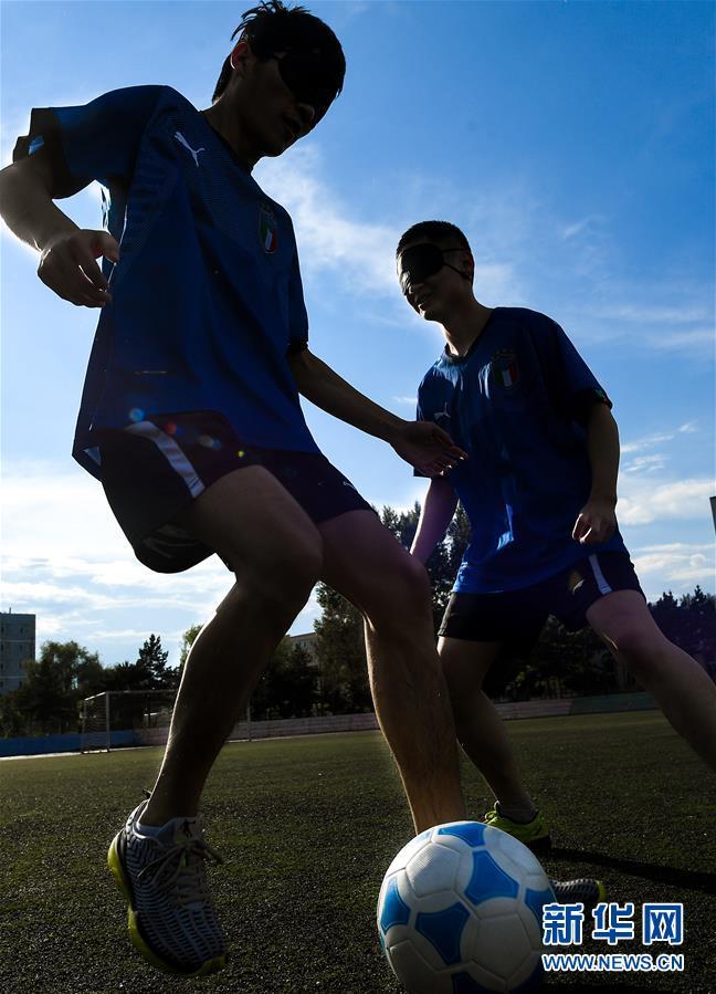 孙东远(左)和范长杰在球场上进行对抗训练(6月20日摄)。新华社记者 许畅 摄