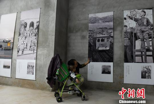 图为市民参观重庆老照片作品展。 周毅 摄
