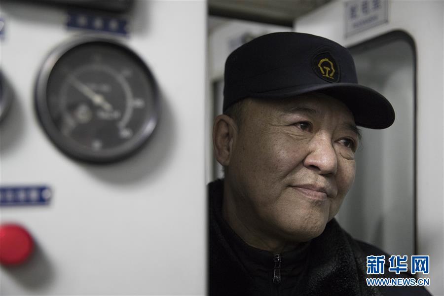 """(新春走基层·图文互动)(4)特写:一个""""极地列车医生""""最后的春运"""